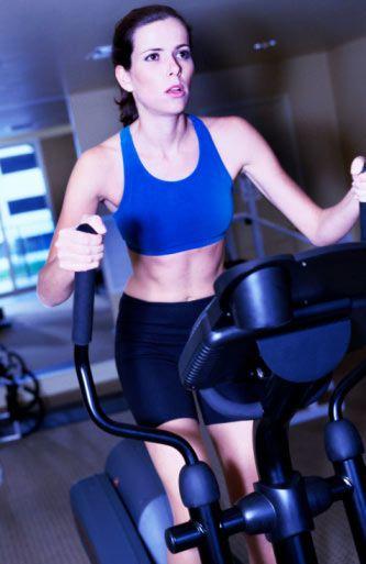 Kısırlığa yol açabilir! Son çalışmalar kadınların son yıllarda uyguladıkları ağır diyet ve sporla bünyelerindeki yağ oranını tükenmeye yakın hale getirdiklerini, bunun da kısırlığa giden sonuçlara neden olabileceğini, hamile kalmakta zorlanabileceklerini göstermiştir.   Dikkat edilmesi gereken en kritik nokta, harcanan eforun şiddeti, yani yoğunluğudur. Spor hekimi efor testiyle egzersiz nabzını belirleyebilir. Eforunuzun yoğunluğu, egzersiz yaparken ıslık çalmanızın veya yanınızdakilerle konuşmanızın mümkün olacağı bir şiddette olmalıdır. Ayrıca, egzersiz yoğunluğu çok hafif de olmamalı, ter atılmalıdır.